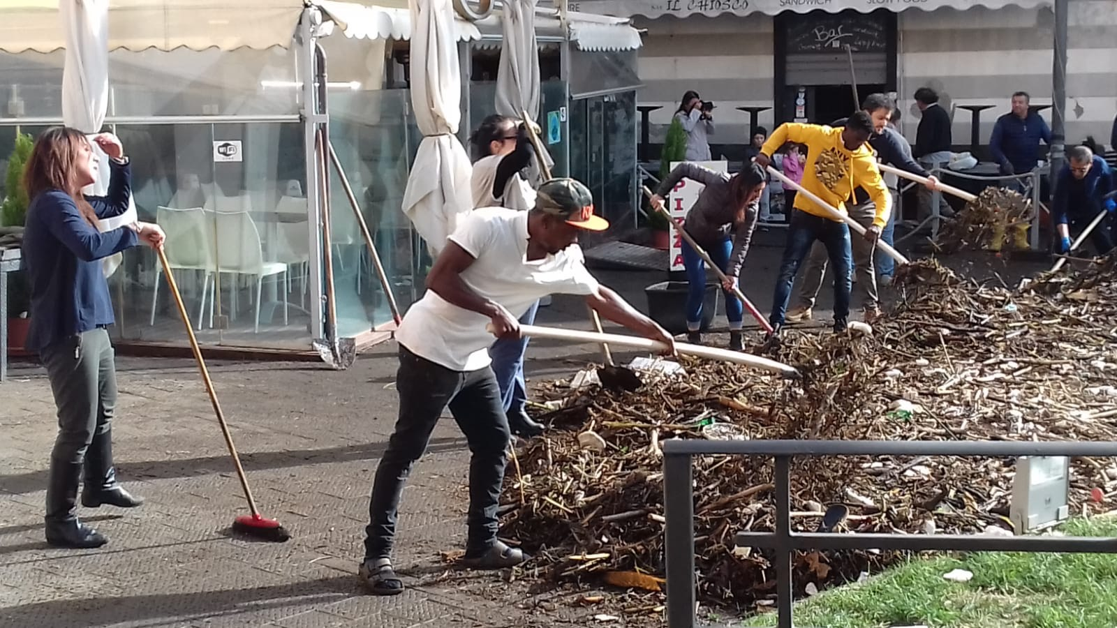 Richiedenti asilo ospiti del Centro di Accoglienza della Diocesi di Chiavari ad aiutare dopo la mareggiata a Rapallo 01