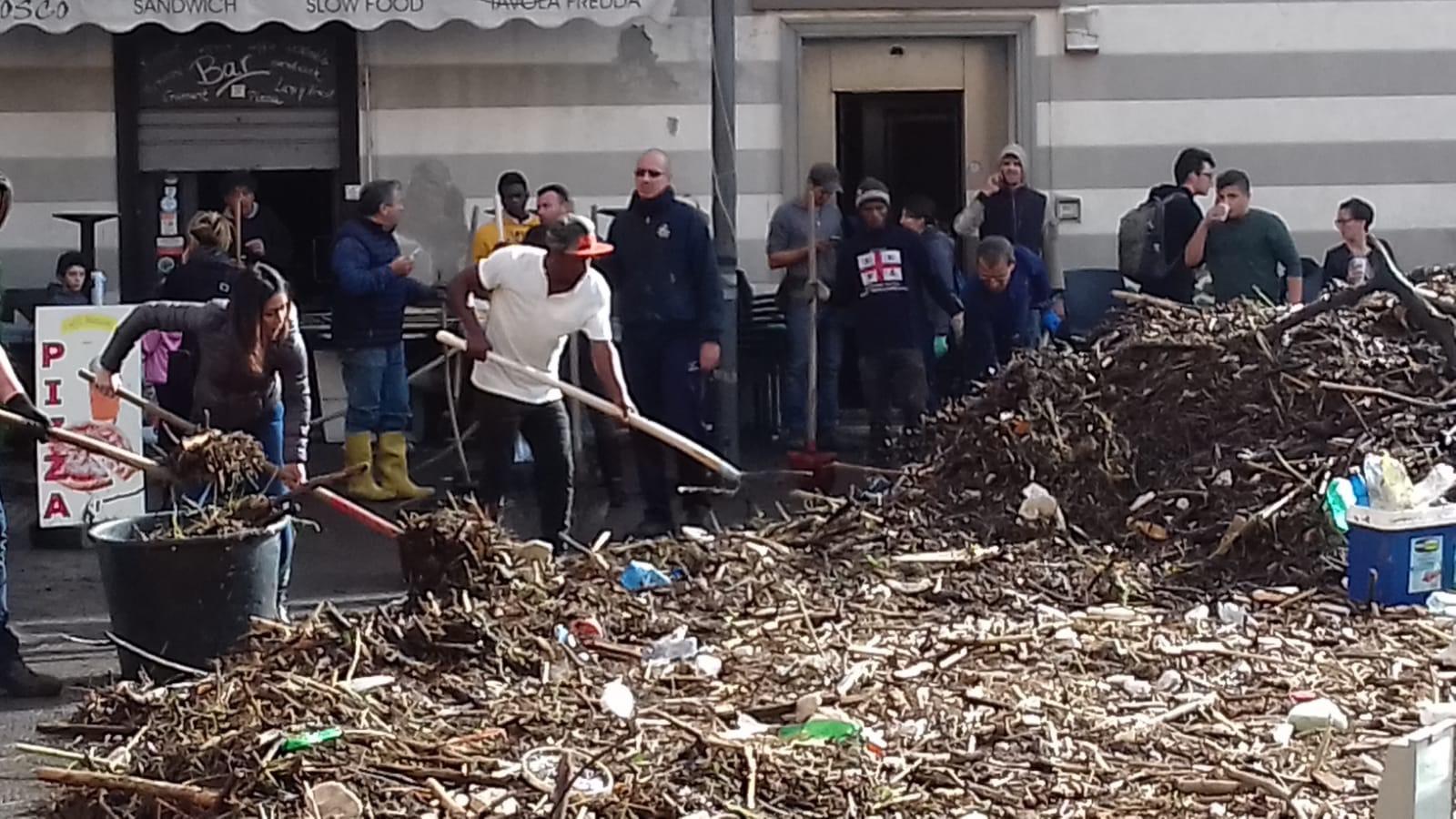 Richiedenti asilo ospiti del Centro di Accoglienza della Diocesi di Chiavari ad aiutare dopo la mareggiata a Rapallo 02