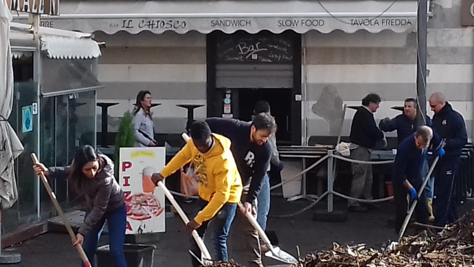 Richiedenti asilo ospiti del Centro di Accoglienza della Diocesi di Chiavari ad aiutare dopo la mareggiata a Rapallo 04