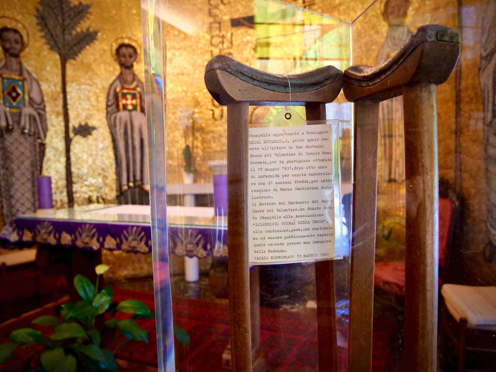 Le stampelle del beato Novarese nella cappella del Centro San Salvatore – Villaggio del Ragazzo