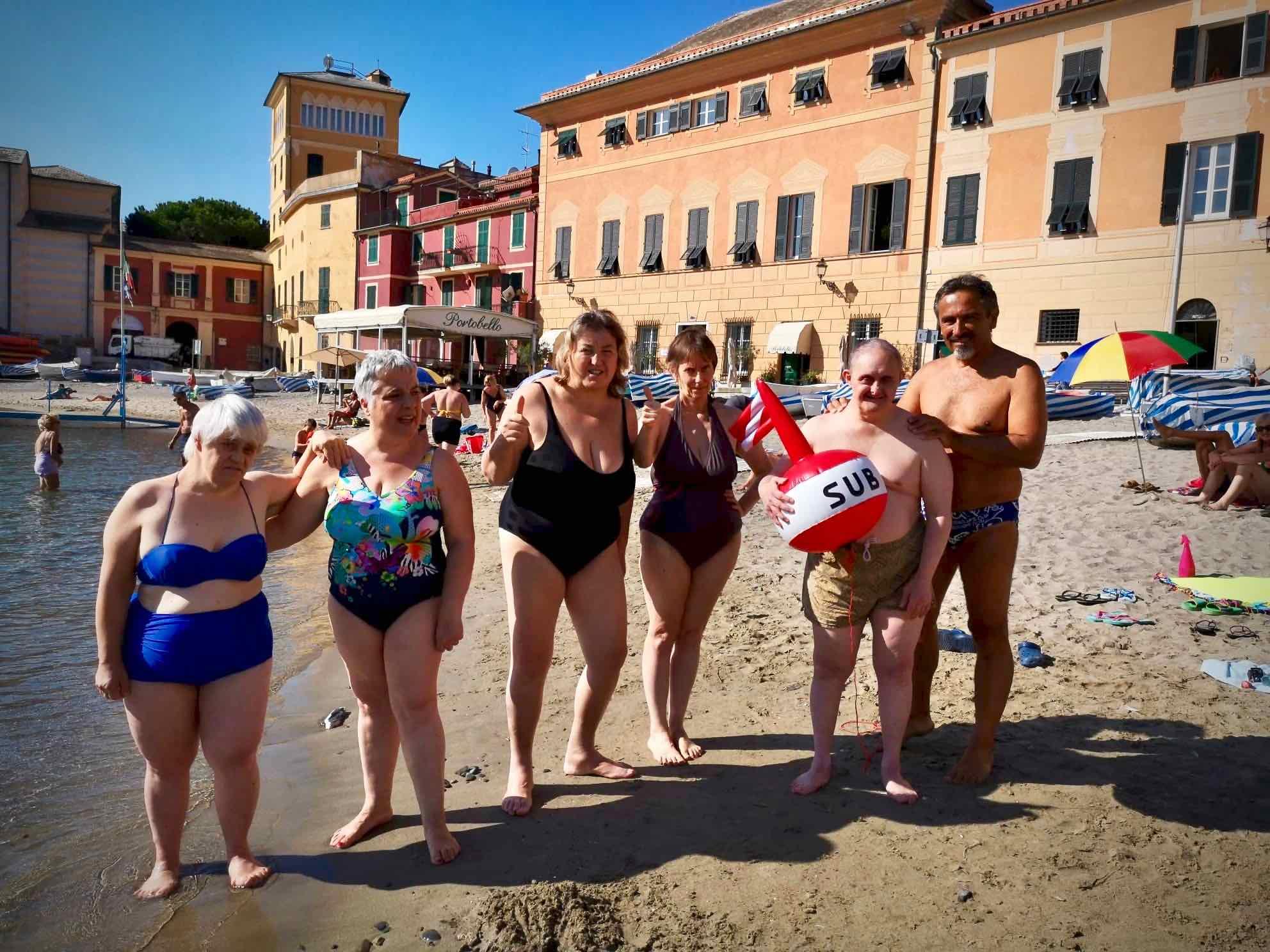 Gara di nuoto in mare a Sestri Levante per i ragazzi dell'Area della Disabilità